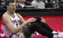 Andrew Bogut Fractures Tibia Less Than A Minute Into Debut With Cavs
